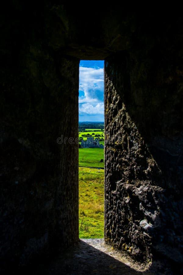 Ventana en la roca de Cashel con la visión a escudarse y a ajardinar en Irlanda fotografía de archivo libre de regalías