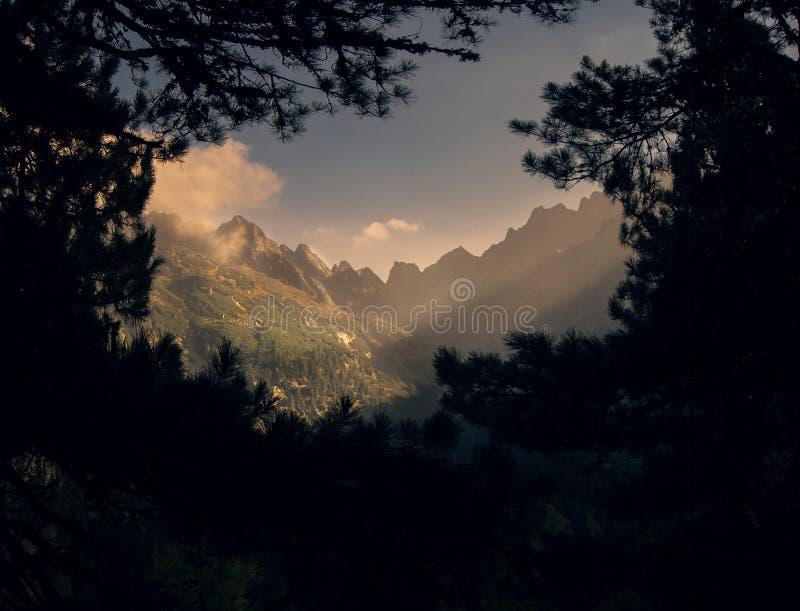Ventana en las montañas foto de archivo libre de regalías