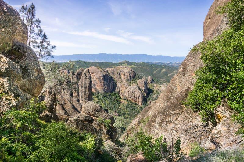 Ventana en las paredes de la roca, pináculos parque nacional, California fotografía de archivo