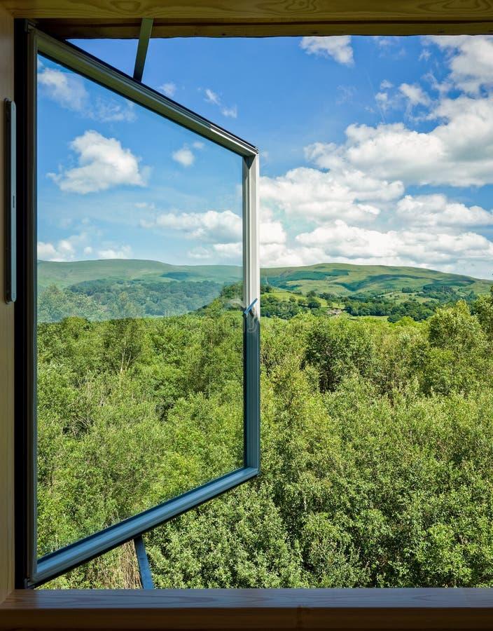 Ventana en paisaje de la naturaleza foto de archivo libre de regalías