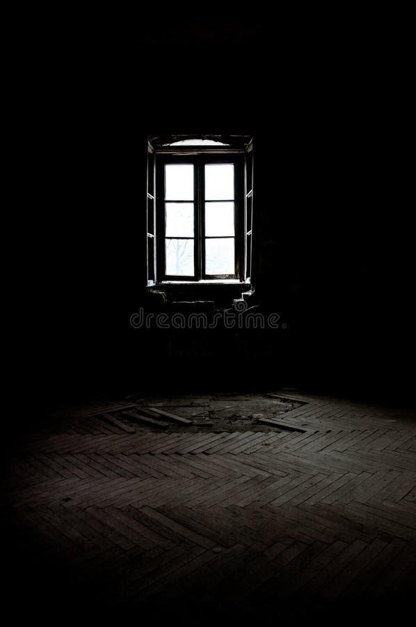 ventana en un cuarto oscuro foto de archivo imagen de