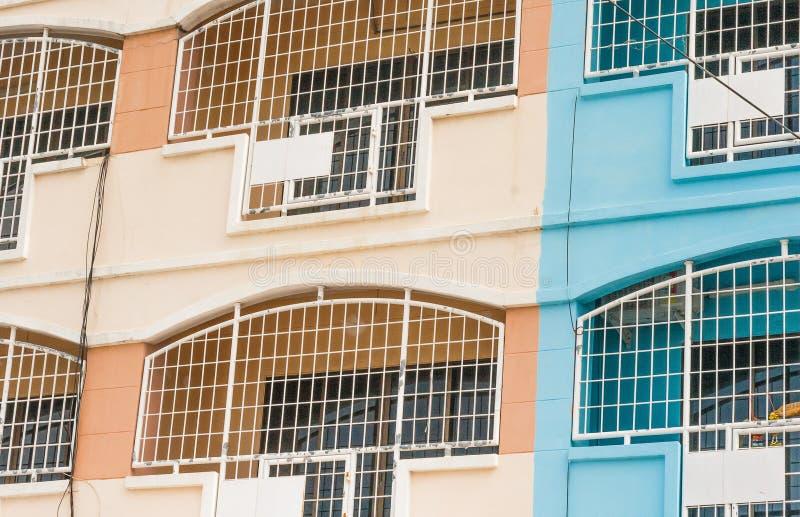 Ventana enrejada en el balcón imagen de archivo