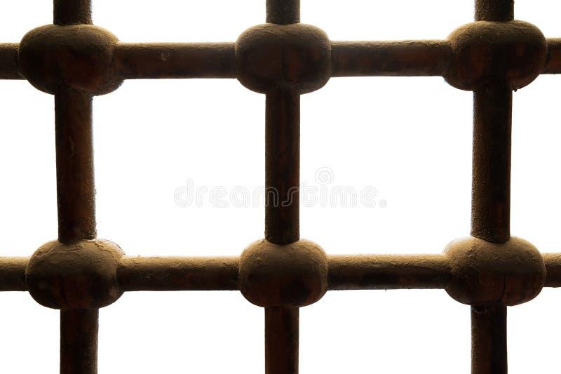 Ventana entrecruzada adornada aherrumbrada vieja de las barras de hierro del grunge aislada en blanco, con la trayectoria de reco fotografía de archivo libre de regalías