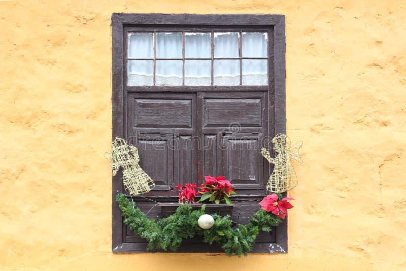 Ventana española típica con la decoración preciosa de la Navidad foto de archivo libre de regalías