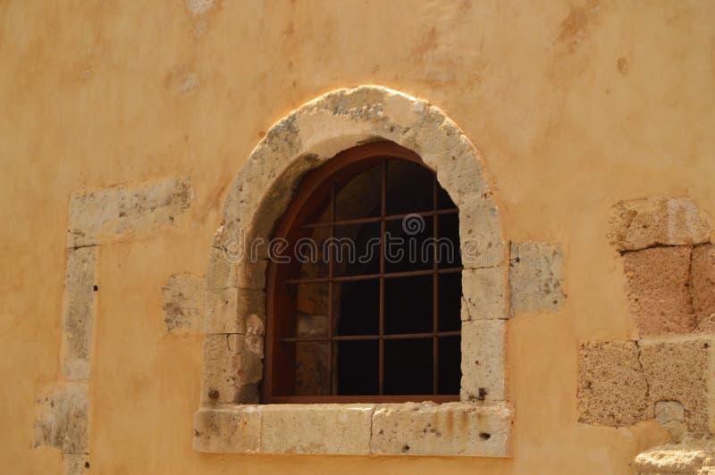 Ventana hermosa de una casa vieja en el cuarto veneciano en Chania Viaje de la arquitectura de la historia foto de archivo libre de regalías