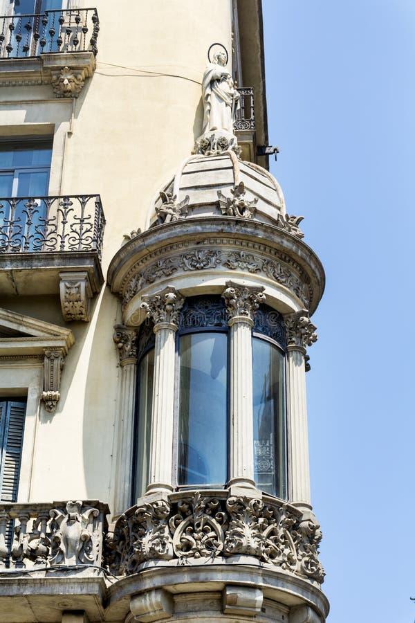 Ventana hermosa en un edificio del vintage en Barcelona, española fotos de archivo libres de regalías