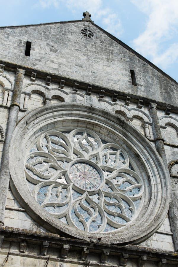 Ventana hermosa en una iglesia grande imagen de archivo