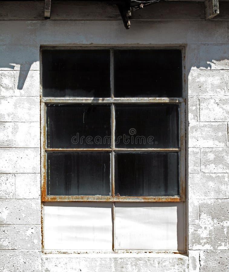 Ventana industrial iluminada por el sol fotografía de archivo libre de regalías
