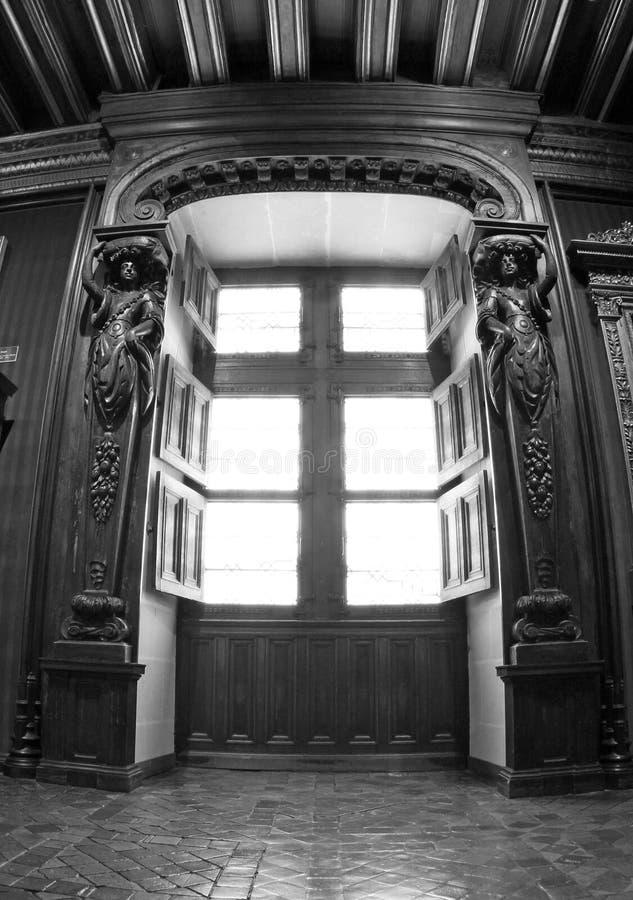 Ventana interior blanco y negro en Chenonceau fotos de archivo
