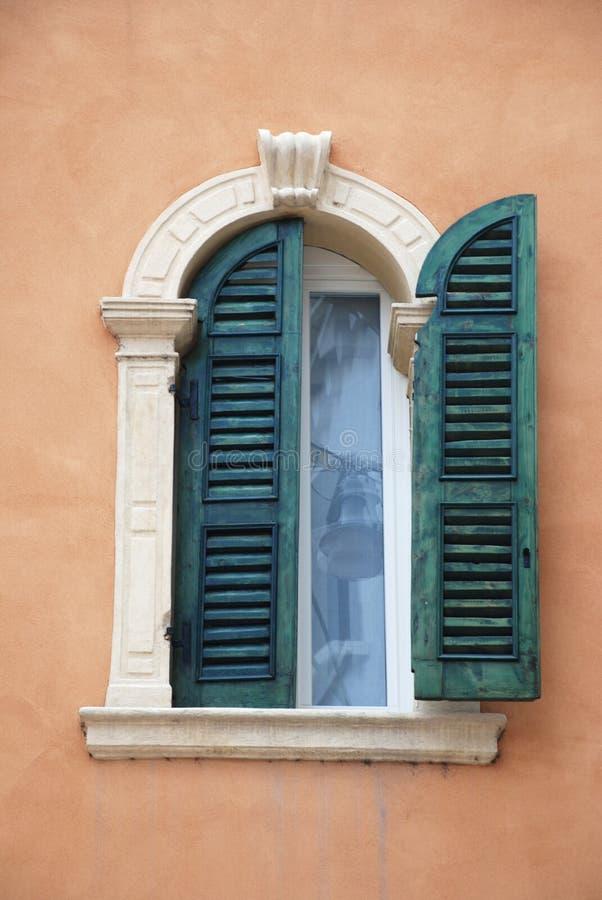 Ventana italiana antigua foto de archivo libre de regalías