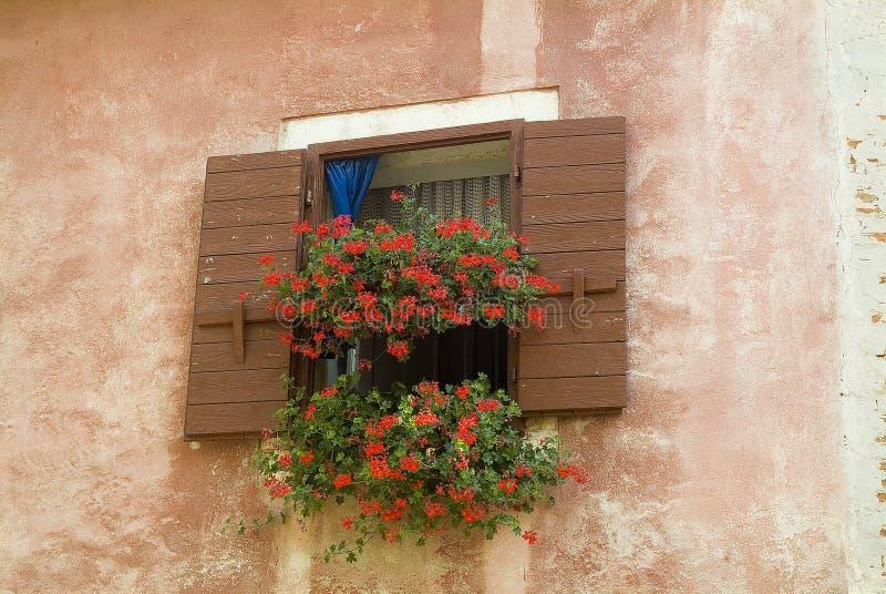 Ventana italiana del estilo de un edificio viejo del puerto foto de archivo