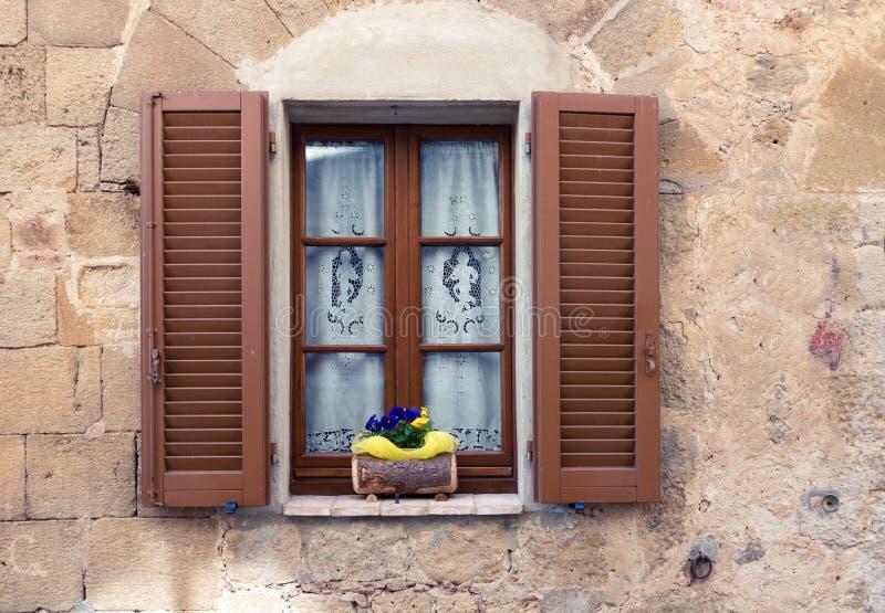 Ventana italiana vieja fotografía de archivo libre de regalías