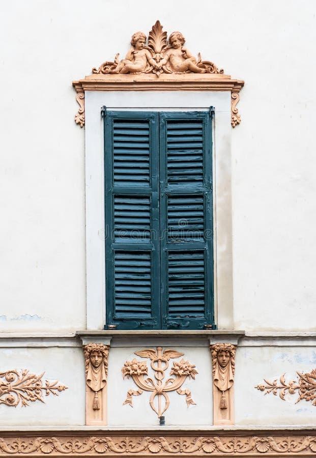 Ventana italiana vieja con el fresco fotos de archivo