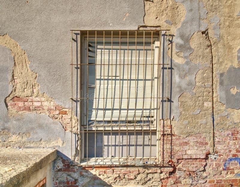 Ventana ladrillo-alineada vieja en casa abandonada vieja fotos de archivo libres de regalías