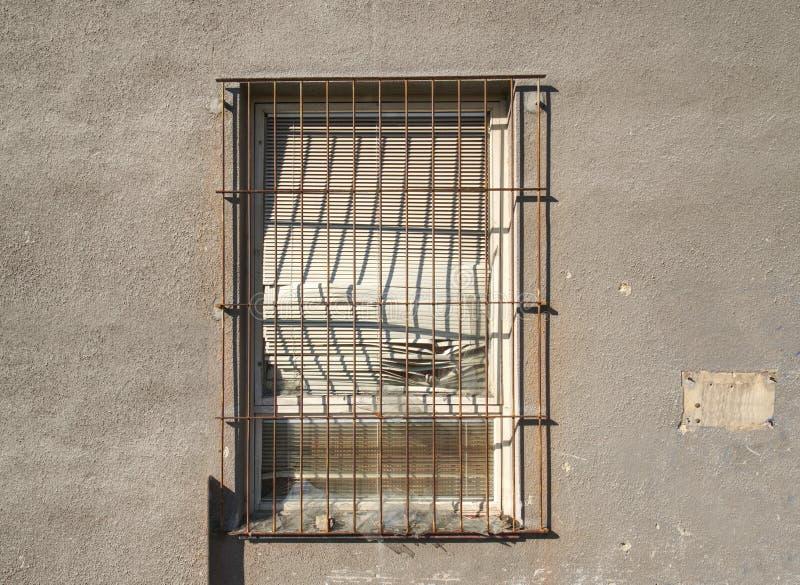 Ventana ladrillo-alineada vieja en casa abandonada vieja fotografía de archivo