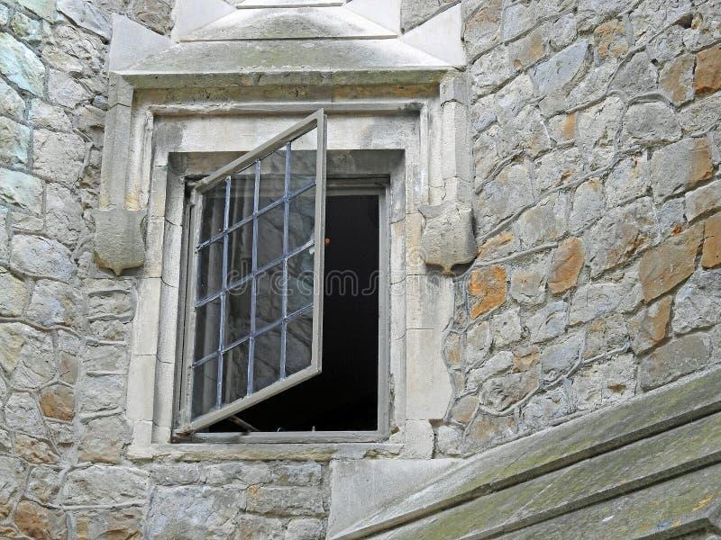 Ventana ligera plomada abierta del fuerte del castillo fotos de archivo