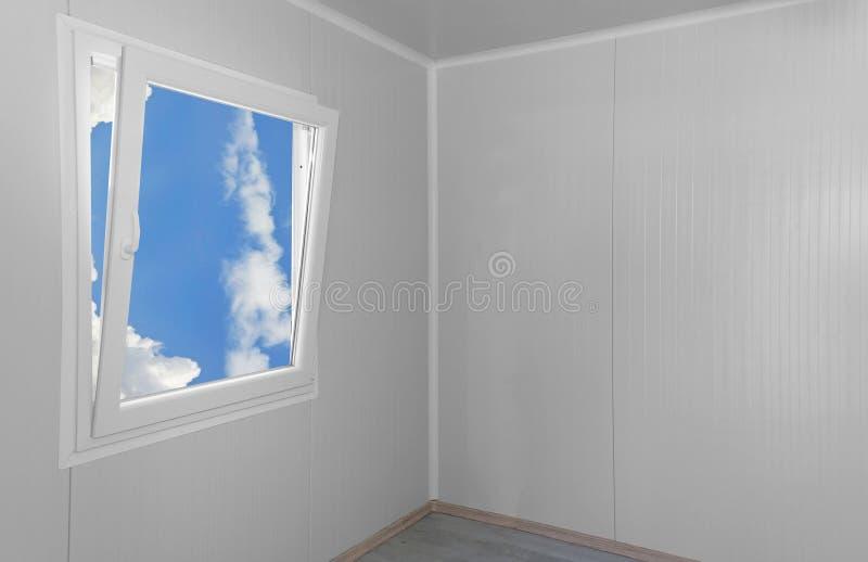 Ventana moderna con las nubes imagenes de archivo