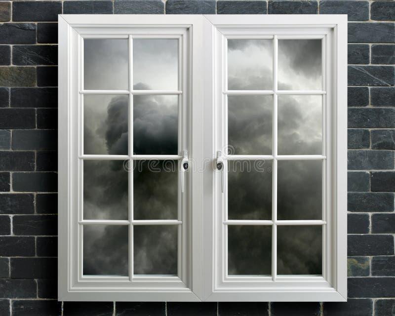Ventana moderna del pvc del blanco con vista del cielo tempestuoso fotos de archivo