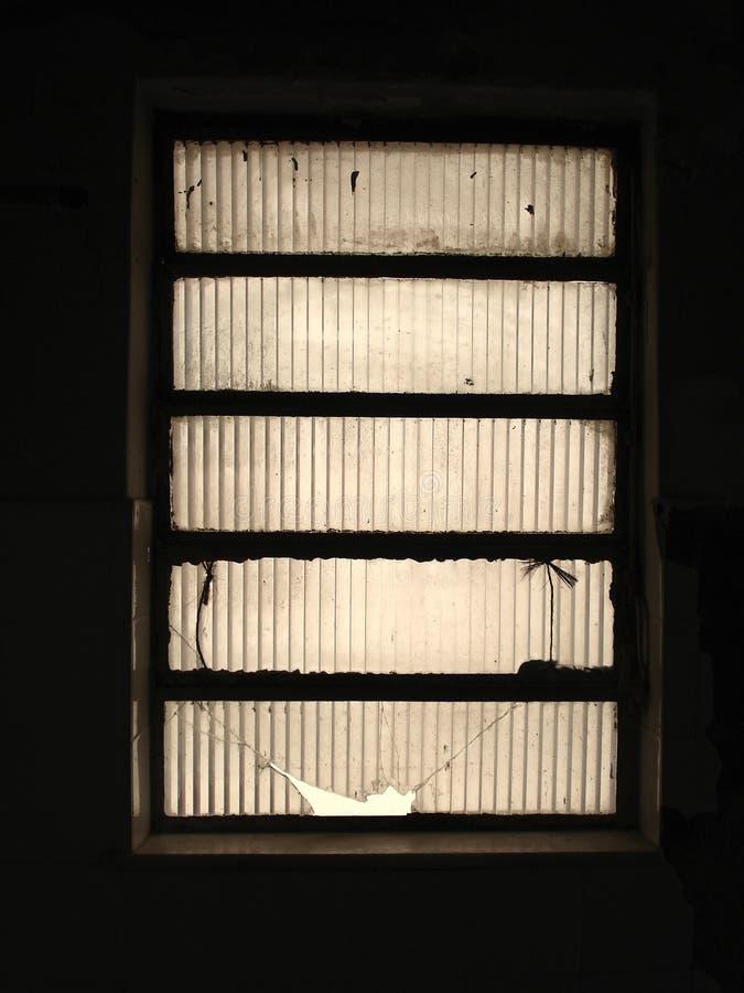 Ventana oscura fotografía de archivo libre de regalías