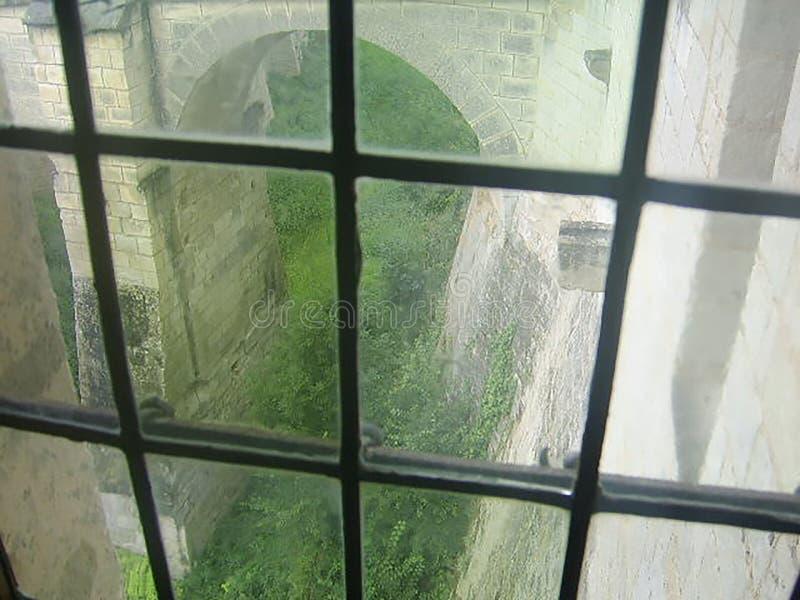 Ventana plomada con la vista del castillo francés Amboise, el valle del Loira, Francia de la puerta del león fotos de archivo