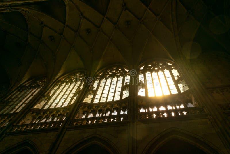 Ventana por dentro de St Vitus Cathedral, en Praga imagen de archivo libre de regalías
