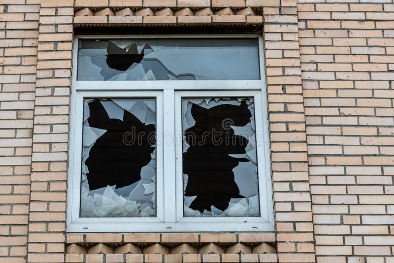 Ventana quebrada en una casa abandonada del ladrillo Cierre para arriba fotos de archivo
