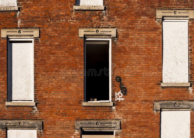 Ventana quebrada - residencias Glencoe-castañas abandonadas - Cincinnati, Ohio imagen de archivo libre de regalías