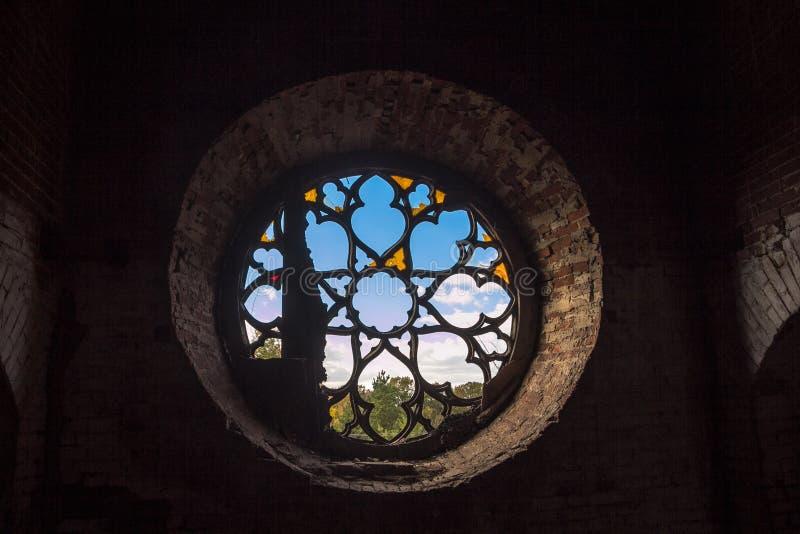 Ventana redonda del castillo con los vitrales quebrados foto de archivo libre de regalías
