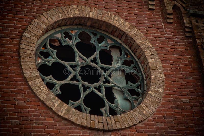 Ventana redonda del castillo con los vitrales quebrados imagen de archivo