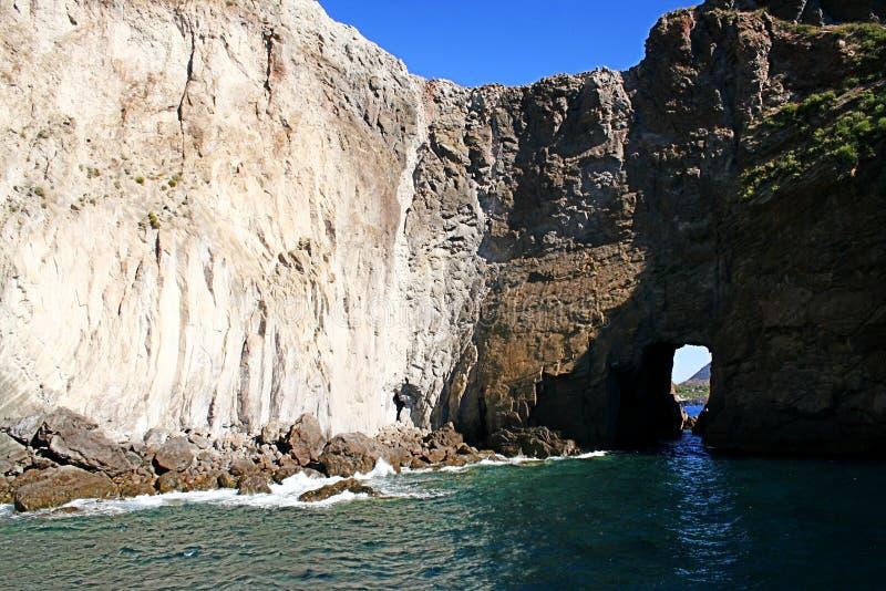 Ventana rocosa, islas de Lipari imagen de archivo