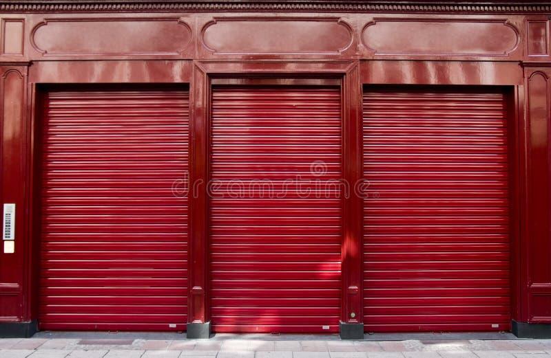 Ventana roja del departamento foto de archivo
