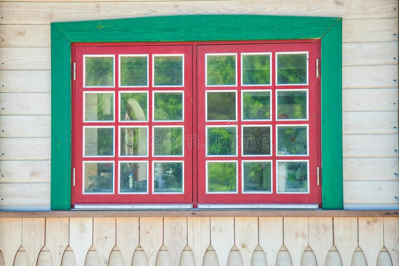 Ventana roja del vintage en una pared de madera blanca fotos de archivo libres de regalías
