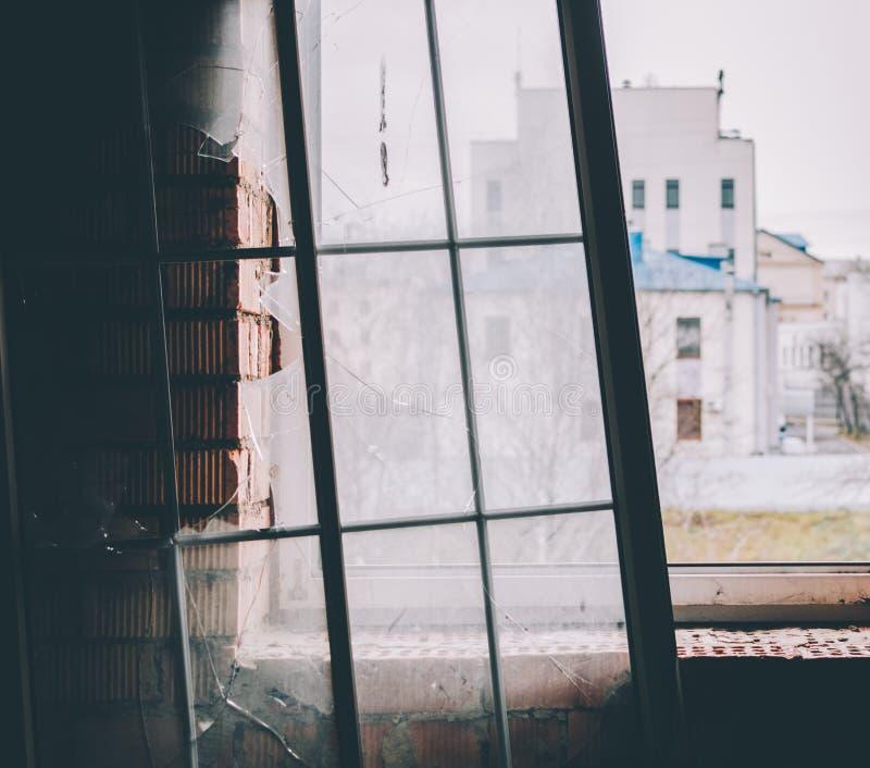 Ventana rota vieja fotos de archivo