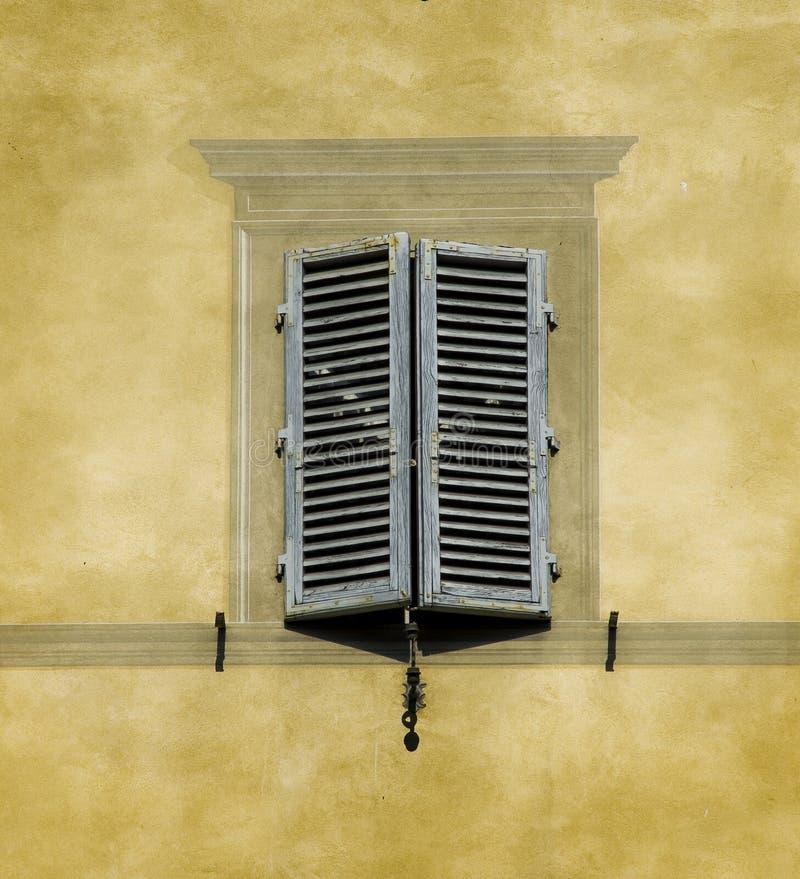 Ventana típica de la arquitectura toscana. Siena, Italia imágenes de archivo libres de regalías