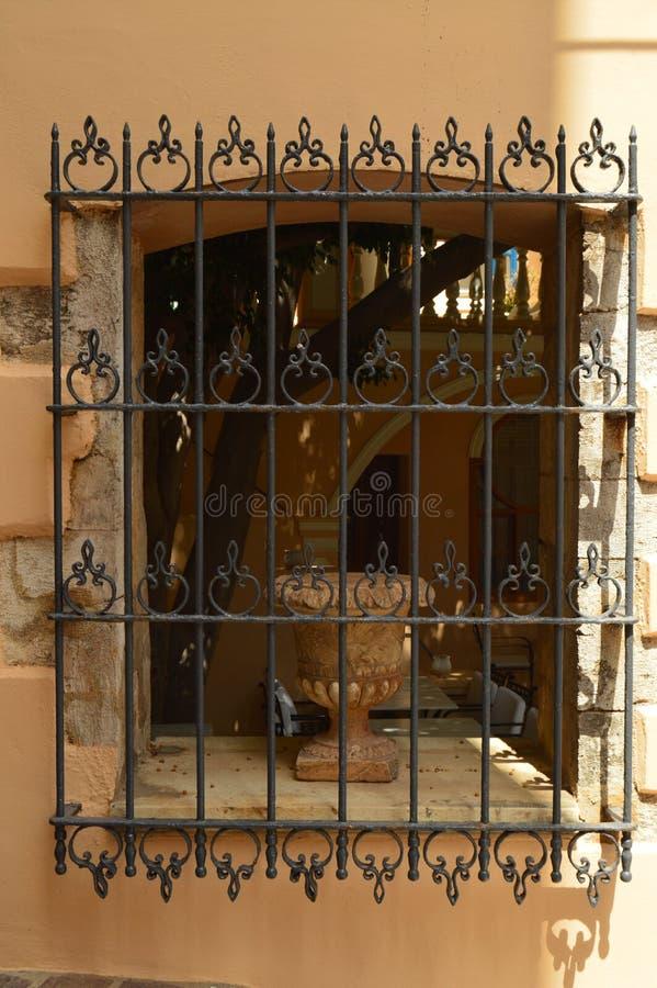 Ventana veneciana agradable del estilo con un florero dentro de él en Chania Viaje de la arquitectura de la historia fotografía de archivo libre de regalías