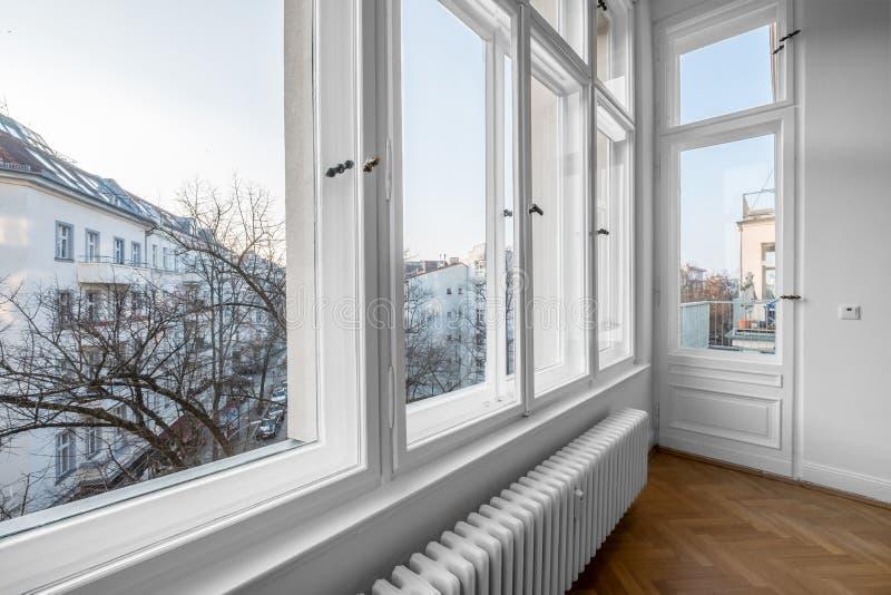 Ventana, ventanas dobles de madera viejas a su vez del buildin del siglo imagenes de archivo