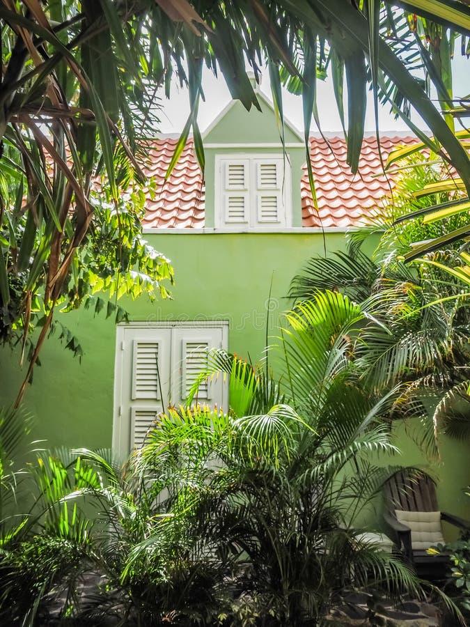 Ventana verde del edificio - opiniones de Curaçao del distrito de Petermaai foto de archivo libre de regalías