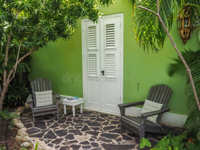 Ventana verde del edificio - opiniones de Curaçao del distrito de Petermaai imagenes de archivo