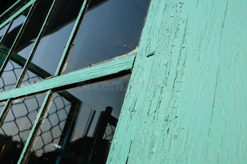 Ventana vieja con el cristal sucio y el cov agrietado del marco de ventana imagen de archivo libre de regalías