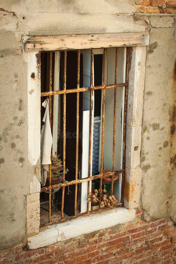 Ventana vieja con enrejado oxidado en Venecia fotografía de archivo