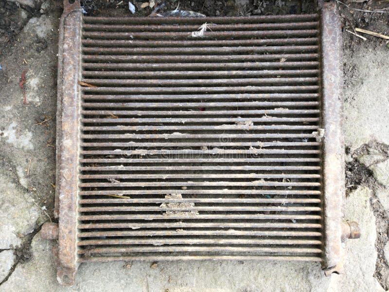 Ventana vieja con las barras oxidadas imagen de archivo libre de regalías