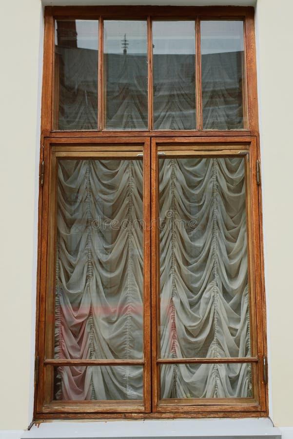 Ventana vieja con las cortinas afuera foto de archivo