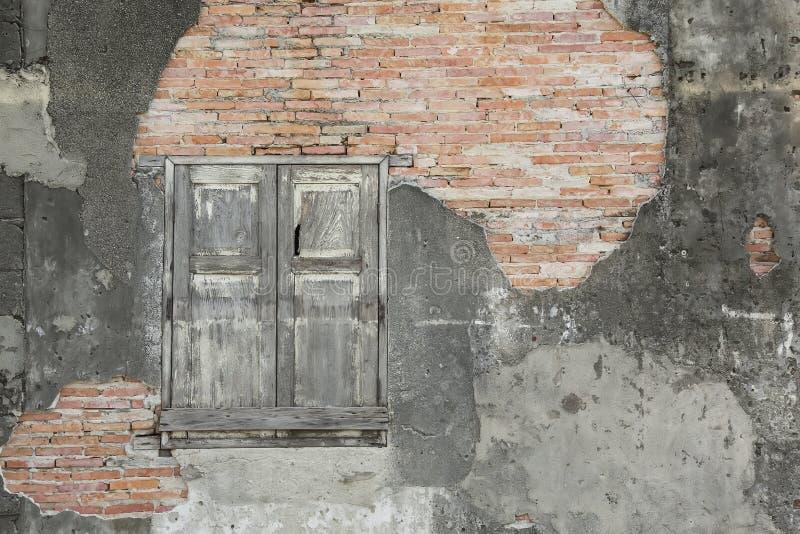 Ventana vieja de la pared de ladrillo y de madera imagenes de archivo