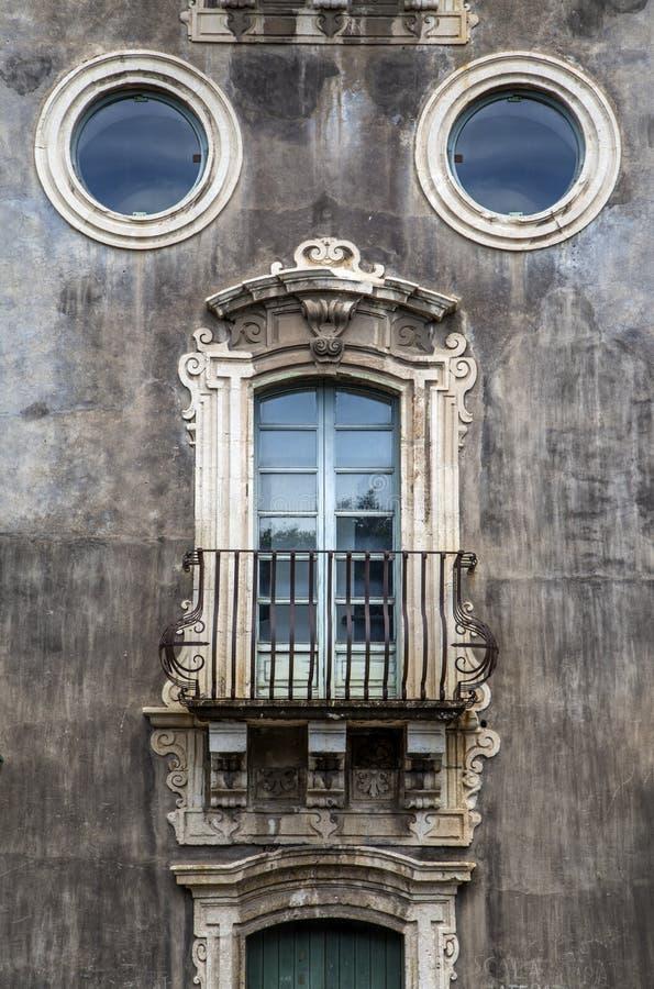 Ventana vieja en Catania, Italia fotografía de archivo