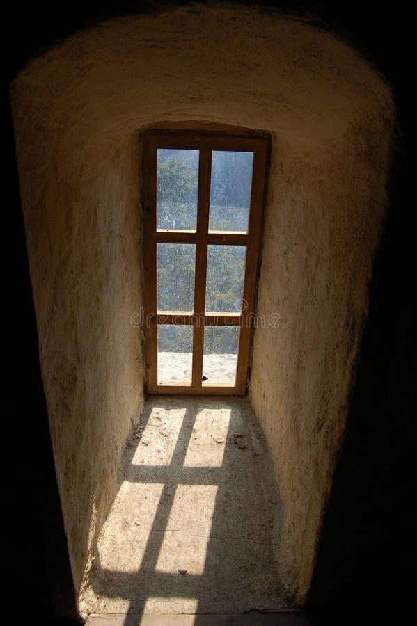 Ventana vieja en el castillo de Dracula fotografía de archivo