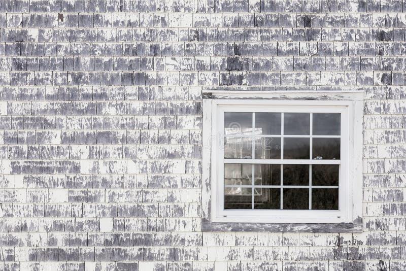 Ventana vieja en pared vieja de la tabla imagen de archivo libre de regalías