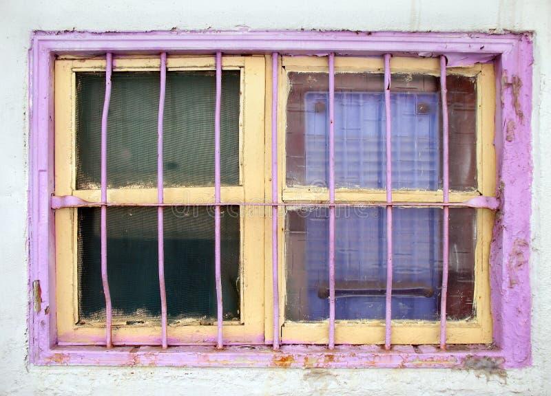 Ventana vieja pintada amarilla y rosada imagenes de archivo