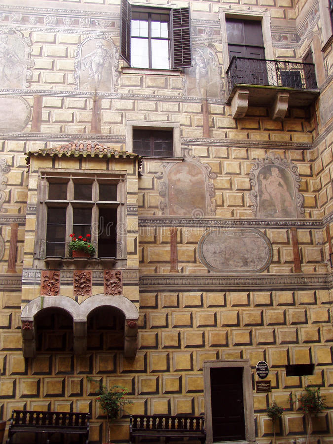 Ventana y balcón en el patio del castillo en Cesky Krumlov fotos de archivo libres de regalías