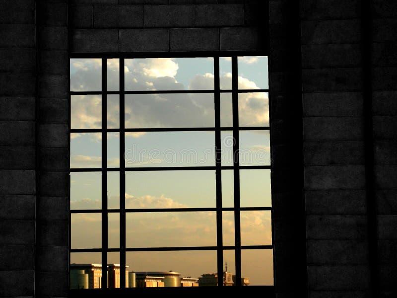 Ventana y cielo azul imagenes de archivo