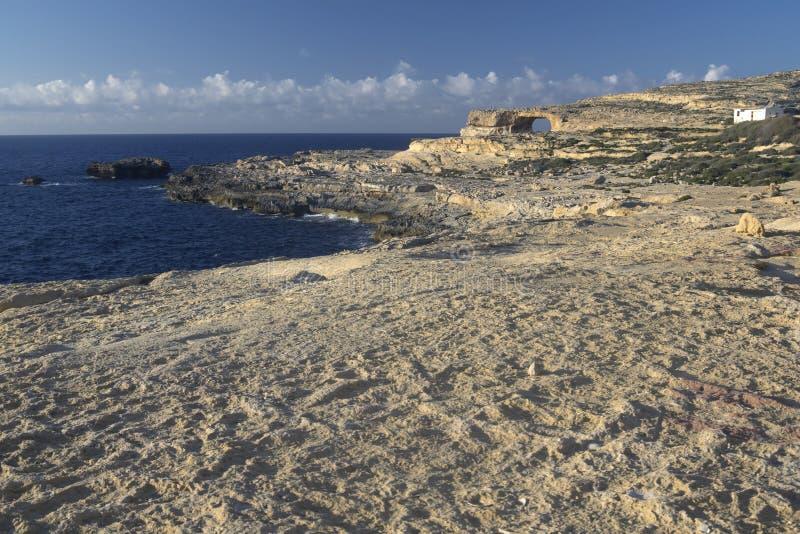 Ventana y costa costa azules de la isla de Gozo fotos de archivo